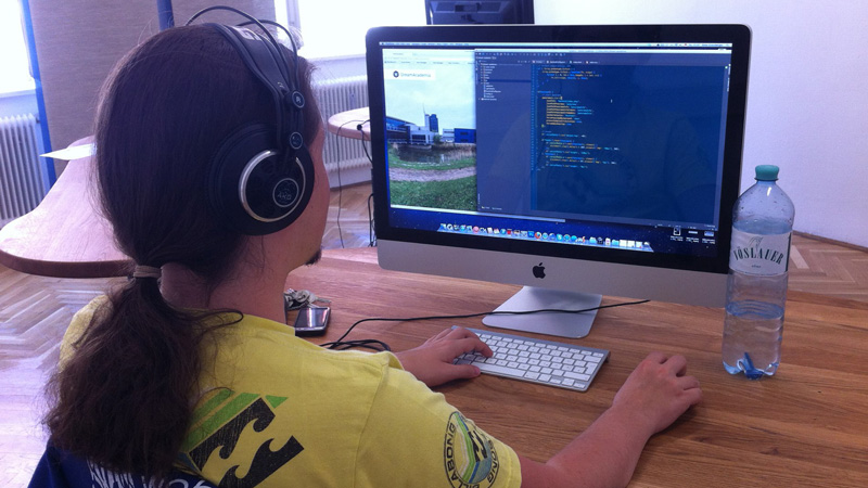 Peter Grassberger working coding iMac coworkingspace rettungsboot klagenfurt